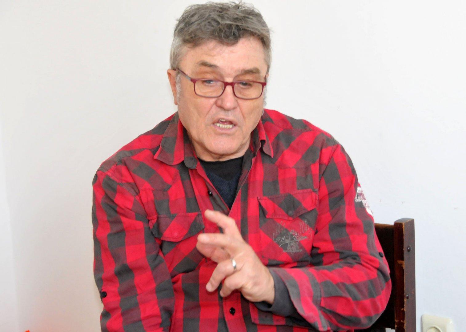 Яким Якимов с часове разказва за преживяванията си с колегите от Тоника. Снимки Лина Главинова и личен архив