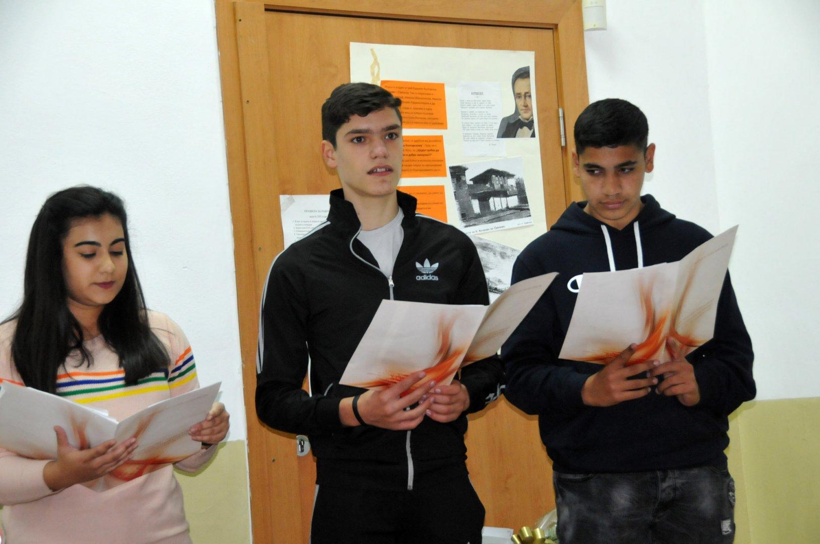 Възпитаниците на ПГЕЕ Константин Фотинов ще рецитират стихове в Деня на влюбените. Снимка: Архив Черноморие-бг