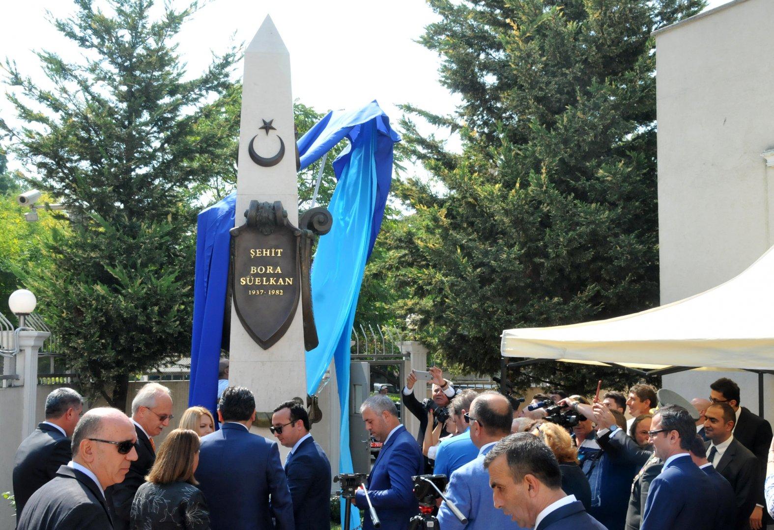 Паметник на Бора Сюелкан бе открит в двора на Генералното консулство на Република Турция в Бургас. Снимки Лина Главинова
