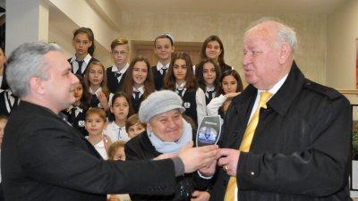 Директорът на училище Ал.Г.Коджакафалията Михаил Ненов връчи първия приз Приятел на училището на Руси Куртлаков. Снимки лина Главинова