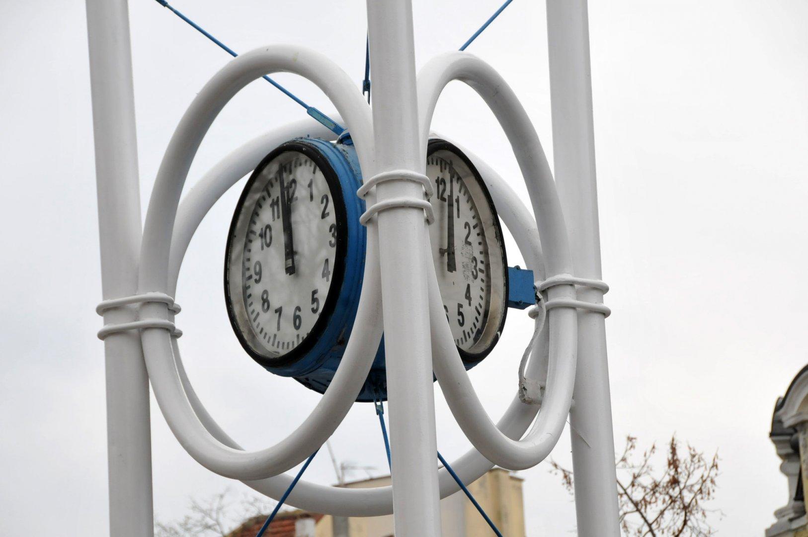 Часовникът до Общината няма да работи още известно време. Снимки Лина Главинова