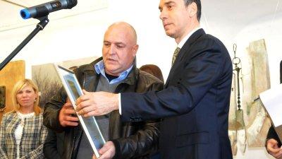 Кметът на Бургас Димитър Николов (вдясно) връчи отличието на Атанас Стоянов. Снимки Лина Главинова