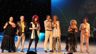 На финала на концерта преди 15 г. певците изпълниха шлагера Незабрава по музика на Тончо Русев. Снимки Архив Черноморие-БГ
