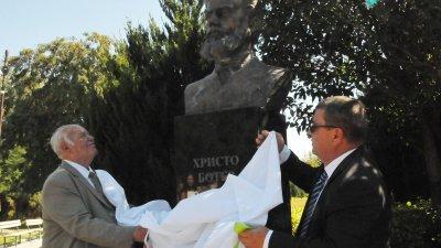 Руси Куртлаков и кметът Жельо Вардунски откриха бюст паметника на Христо Ботев в Камено. Снимки Лина Главинова