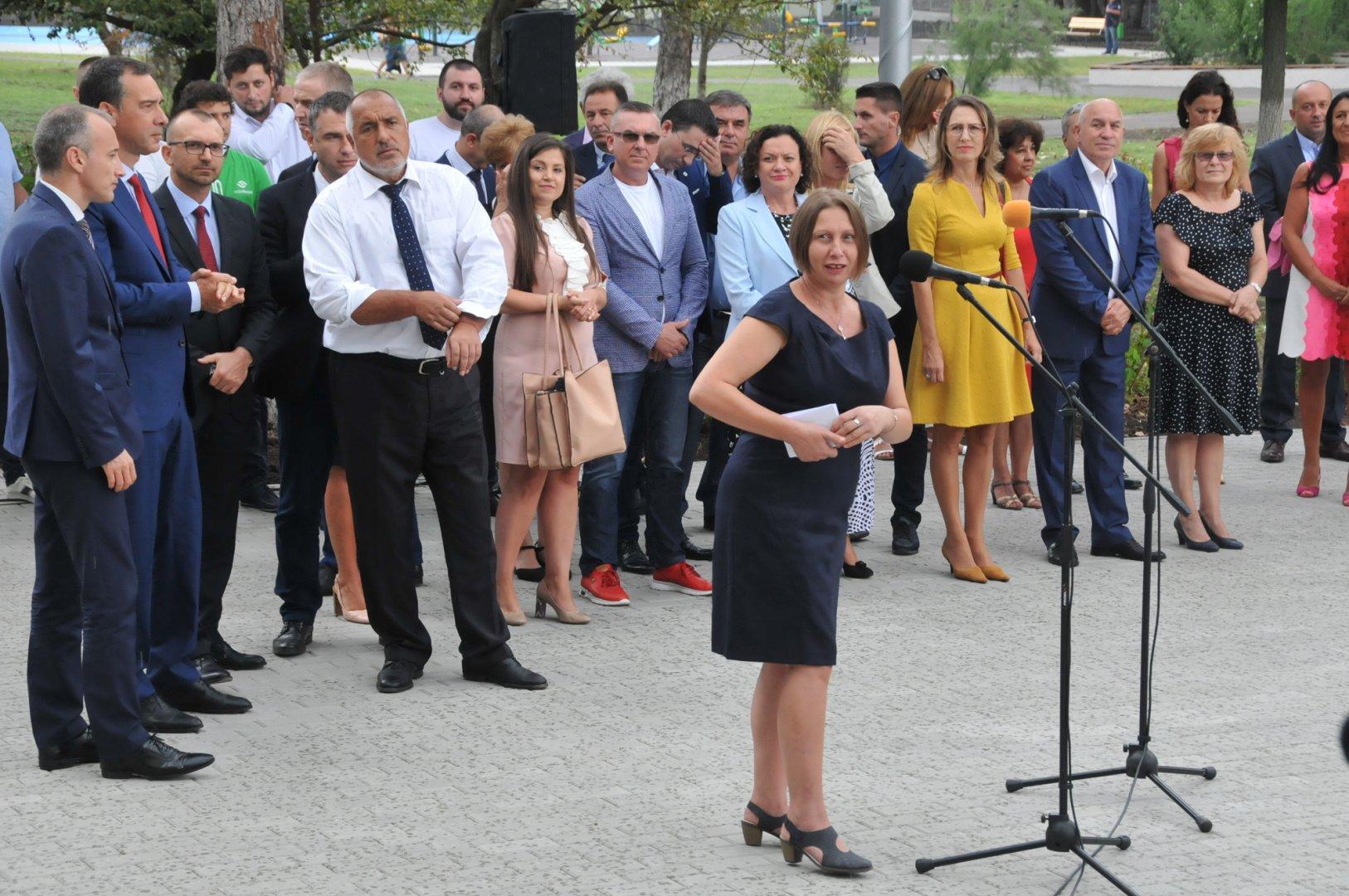 Премиерът Бойко Борисов дойде за откриването на гимназията. Снимки Лина Главинова