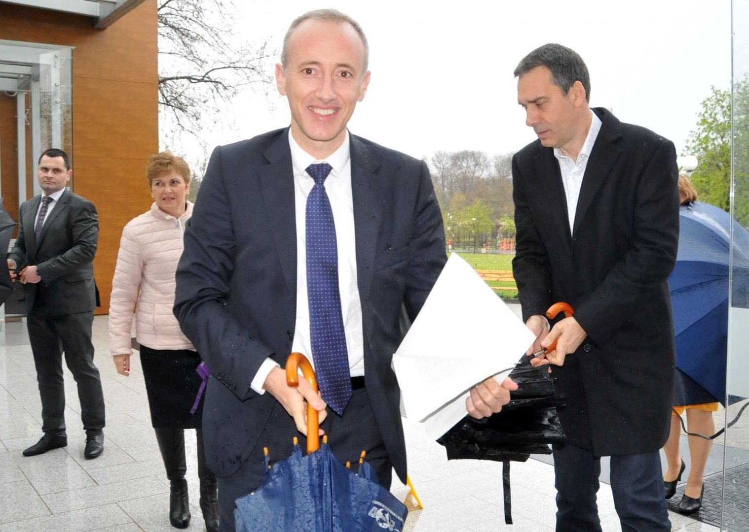 Дъждът не развали настроението на министъра на образованието. Снимки Лина Главинова