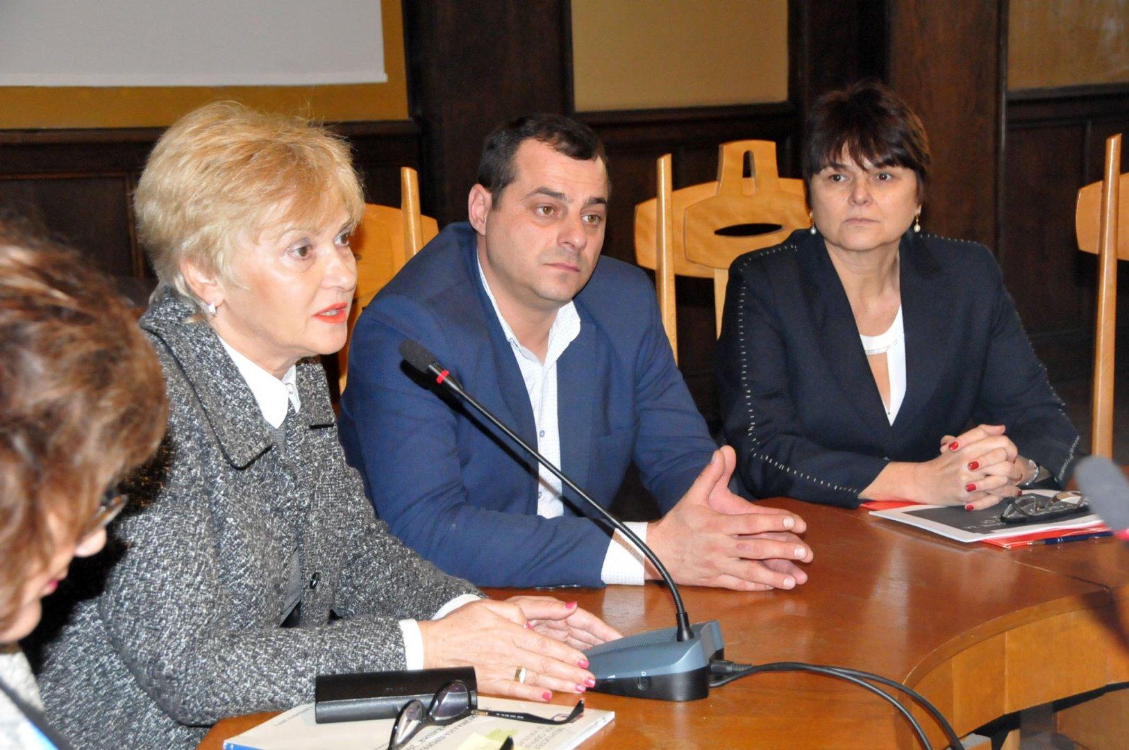 По инициатива на РУО се проведе среща на директори на училища за прием за учебната 2020-2021 година. Снимки Лина Главинова