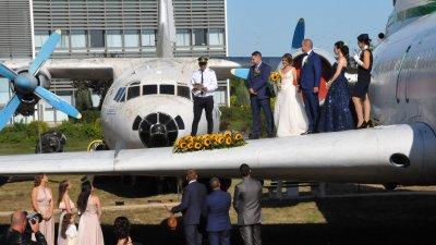 Поли и Мартин си казаха заветното Да на крилото на самолет. Снимки Лина Главинова