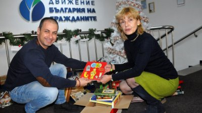 Директорът на библиотеката Мария Бенчева лично предаде книгите на общинския лидер Живко Табаков. Снимка Архив Черноморие-БГ