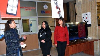 По повод Международния ден за правата на човека във фоайето на Окръжния съд днес бе открита изложба Информирани срещу ало измамите. Нейни организатори са филиал към НХА и Окръжен съд - Бургас. Снимки Лина Главинова