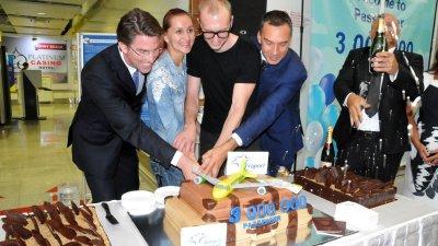 Московчаните Анжелика и Антон Громови/в средата/ разрязаха тортата, приготвена за 3-милионния пътник за сезон, 2018 на летище Бургас. Снимка Лина Главинова .