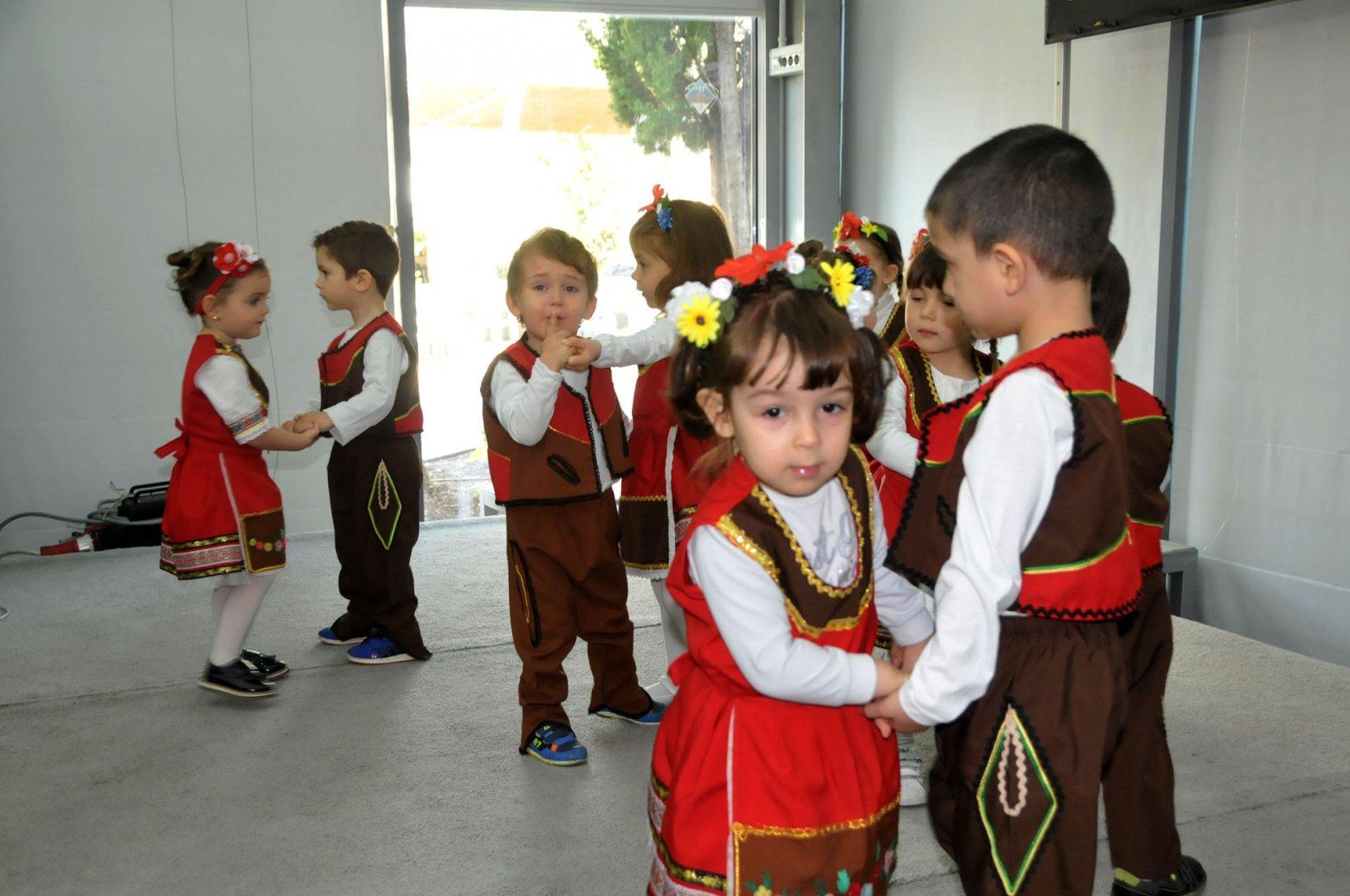 Децата от Бургаско детство бяха първите участници в концерта. Снимки Лина Главинова