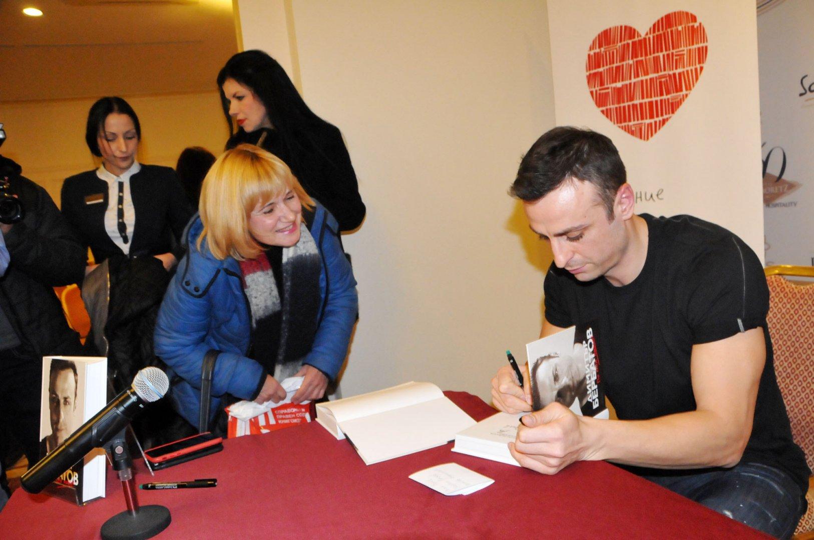 Десетки фенове дойдаха в късния следобед в неделя, за да вземат автограф от Димитър Бербатов. Снимки Лина Главинова