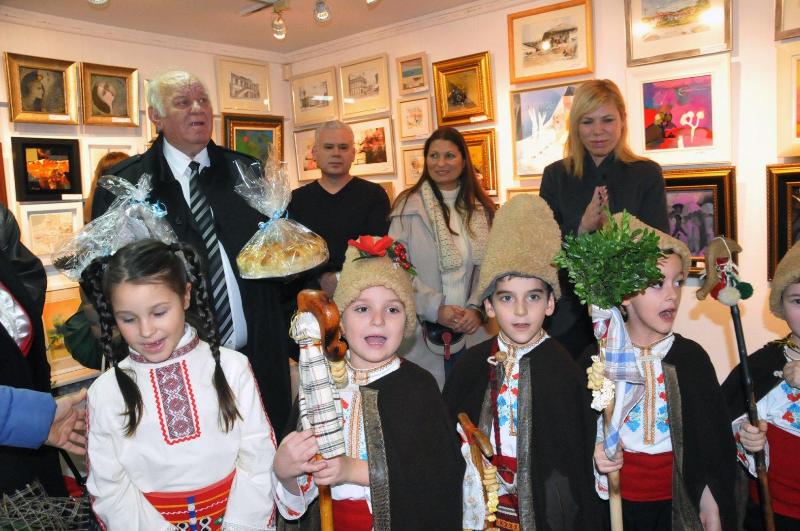 Малчуганите от Моряче дадоха питка на кръстника си Руси Куртлаков. Снимки Лина Главинова