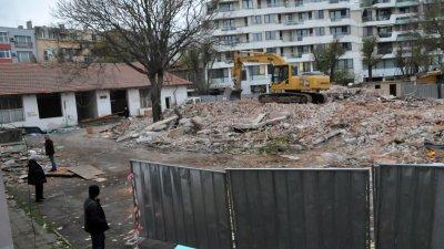 Багерите събориха вътрешните постройки на Тройката. Снимки Лина Главинова
