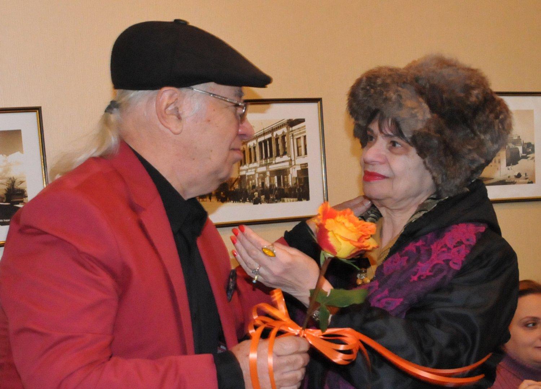 Ани Тепеликян - една от първите солистки на Тоника поздрави Стефан Димов. Снимка Лина Главинова