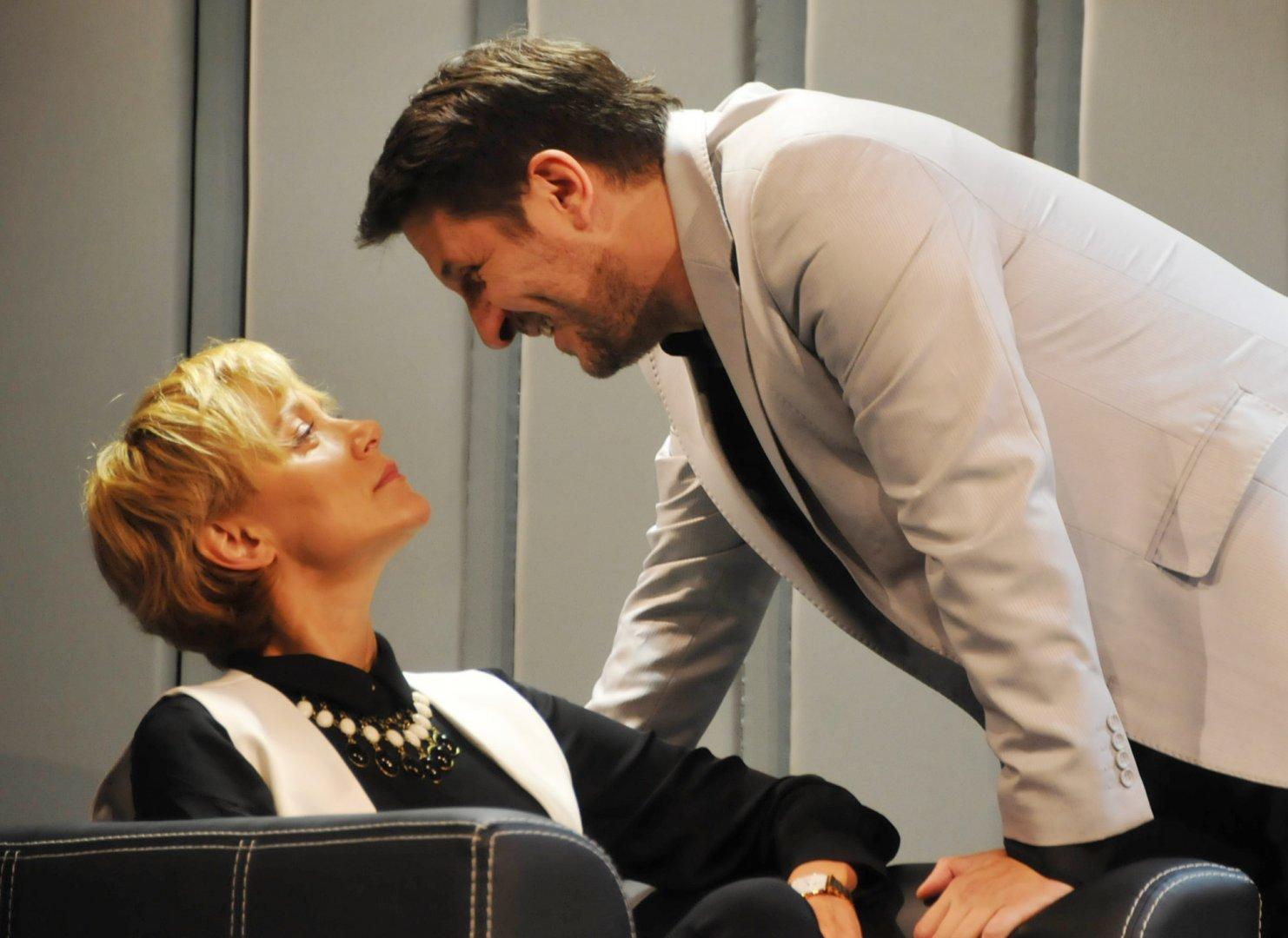 Койна Русева и Асен Блатечки се превъплъщават в главните роли на пиесата Умопомрачение. Снимка Лина Главинова