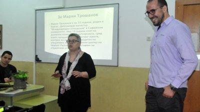 Марин Трошанов намери време в натоварения си график за срещата с учениците. Снимки Лина Главинова
