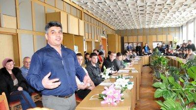Адвокат Антон Фотев, автор на фантастичния роман Разторг, се срещна с ученици от ПГЕЕ Константин Фотинов и разговаря с тях по теми, които ги вълнуват. Снимка Лина Главинова