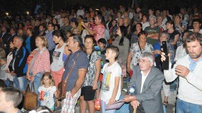Всички станаха на крака за изпълнението на химна на Созопол. Снимки Лина Главинова
