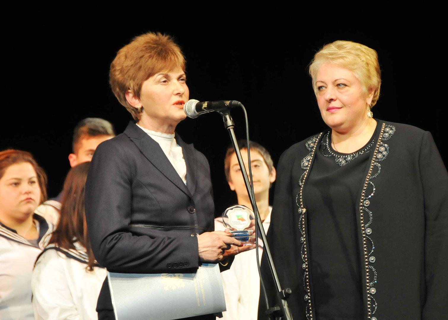 Началникът на РУО Виолета Илиева (вляво) поздрави директора Христина Жабова за годишнината. Снимки Лина Главинова