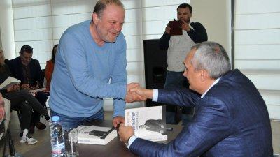Бившият общински съветник от БСП Йордан Георгиев се поздрави с бившия премиер на СДС Иван Костов. Снимки Лина Главинова