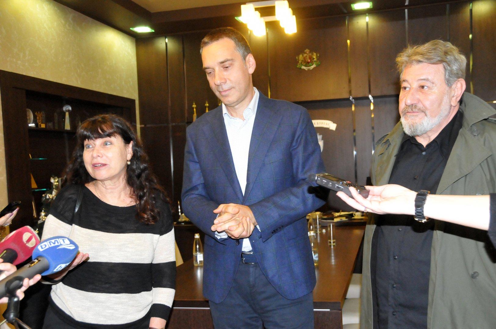 Проф. Вайнщайн проведе ползотворна среща с кмета на Бургас Димитър Николов (в средата). Снимка Лина Главинова
