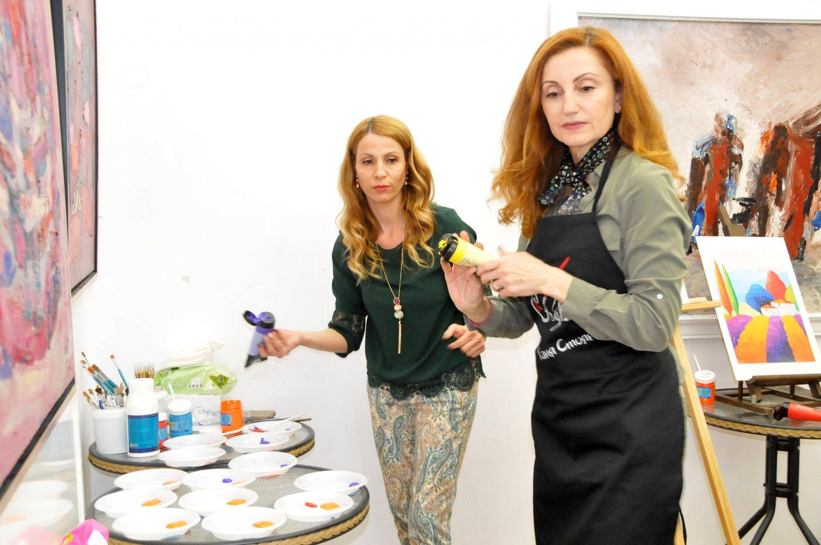 Ася Петрова и Таня Стоянова дават живот на галерията, където се сформира ново общество. Снимки Лина Главинова