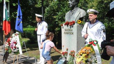 Малчуганите първи се поклониха пред паметника на Левски. Снимки Лина Главинова