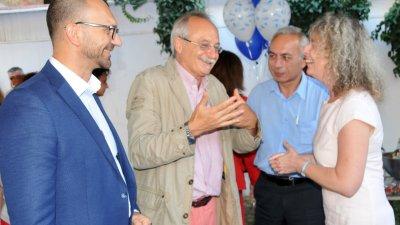 Генералният консул (вторият отляво надясно) бе и на премиерата на двуезичната книга на журналистката Десислав Георгиева. Снимка Архив Черноморие-Бг