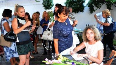 Премиерата на книгата събра десетки бургазлии в двора на галерия Георги Баев. Снимка Лина Главинова