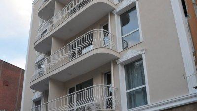 Апартхотелът е разположен в седеметажна сграда и има два входа. Снимки Лина Главинова