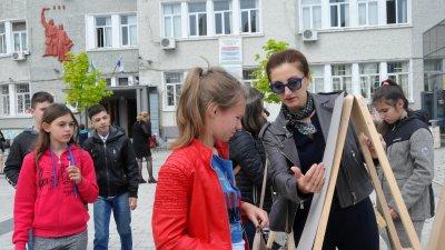 Таня Стоянова дава напътствия на участниците в пърформанса. Снимки Лина Главинова