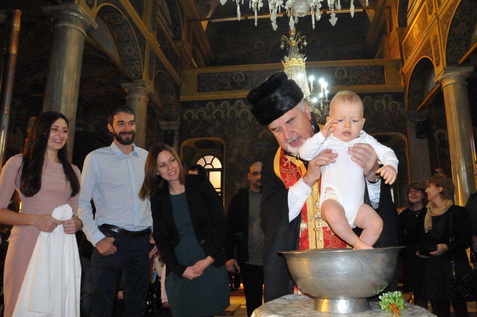 Отец Борис Беров кръсти малкия Николай навръх имения му ден. Снимки Лина Главинова