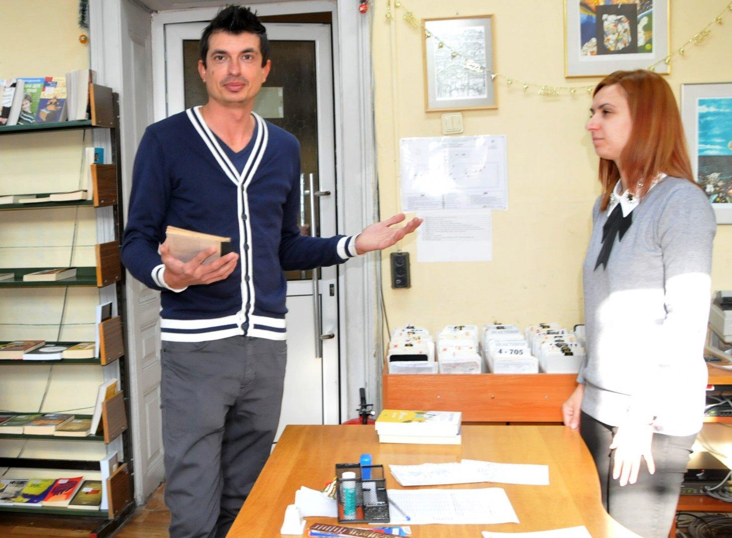 Ясен Проданов вече е читател на библиотеката. Снимки Лина Главинова