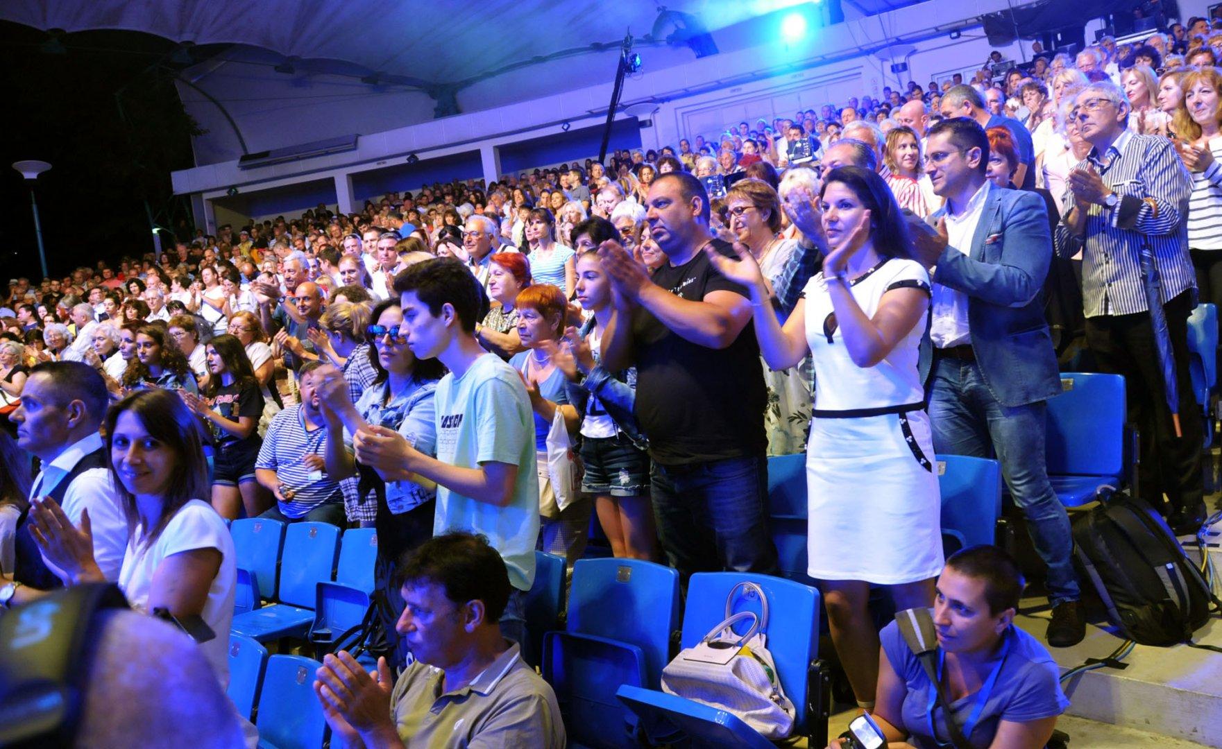 Не стихнаха аплодисментите на зрителите в Летния театър по време на рецитала в памет на Петя Дубарова. Снимки Лина Главинова