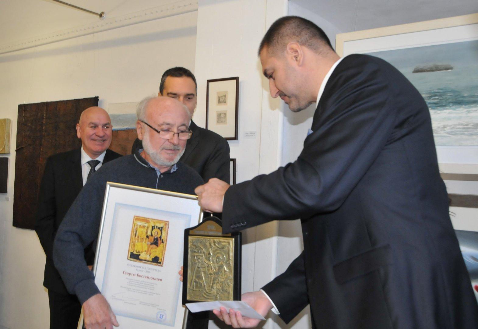 Добрин Вътев (вдясно) връчи наградата на Георги Бостанджиев. Снимки Лина Главинова