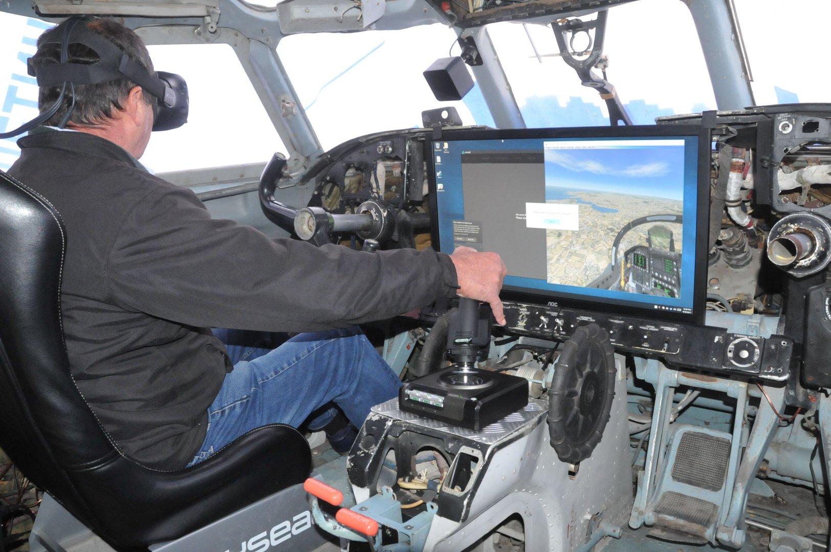 """Симулацията на полет на борда на """"Ан-24"""" привлича и малки, и големи. Снимки Лина Главинова"""