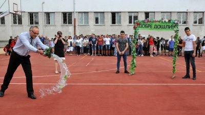 Директорът Коста Папазов лисна менче с вода пред първокурсниците. Снимки Лина Главинова