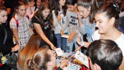 Стотици бургаски тийнеджъри си взеха автографи от четирима актьори от филма ХII а. Снимки Лина Главинова