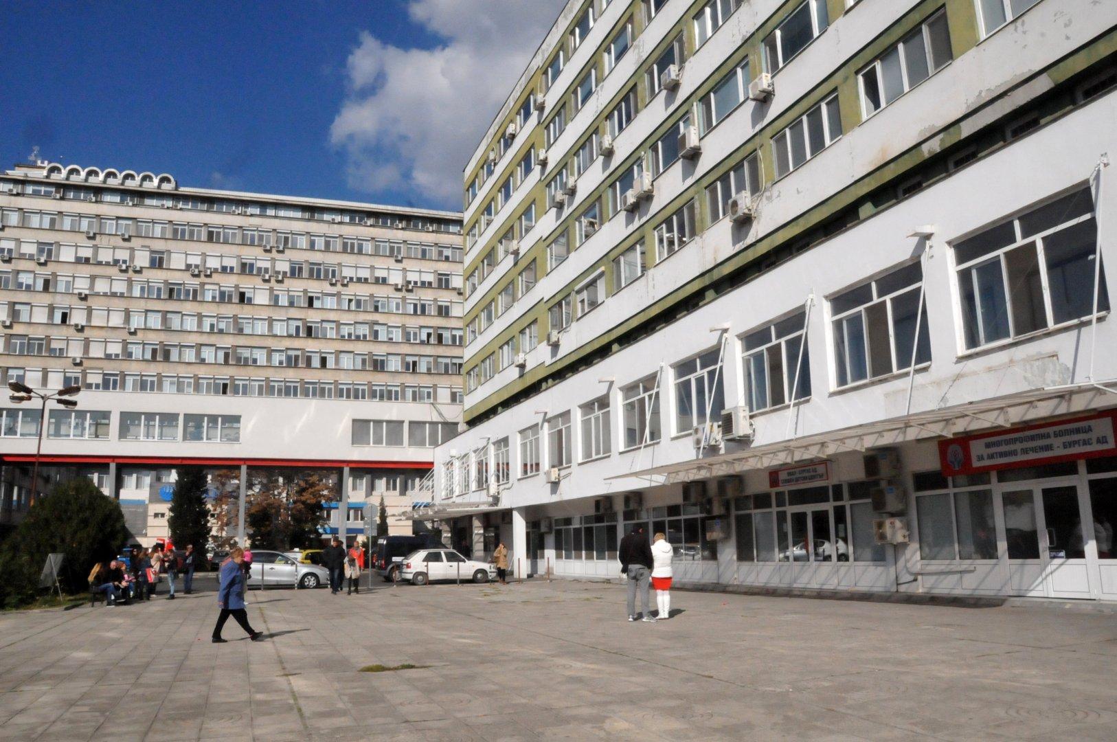 Лекарите от бургаската болница полагат грижи за жената и бебетата й. Снимка Лина Главинова