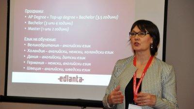 Ели Тончева разясни възможностите за обучение в чужбина. Снимки Лина Главинова