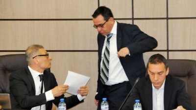 Кметът на Бургас Димитър Николов (вдясно) входира докладната за тегленето на кредит за ремонта. Снимки Лина Главинова