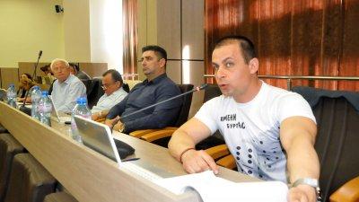 Живко Табаков (вдясно) защити предложението на Инициативния комитет, то обаче не бе подкрепено от колегите му в ОбС. Снимки Лина Главинова