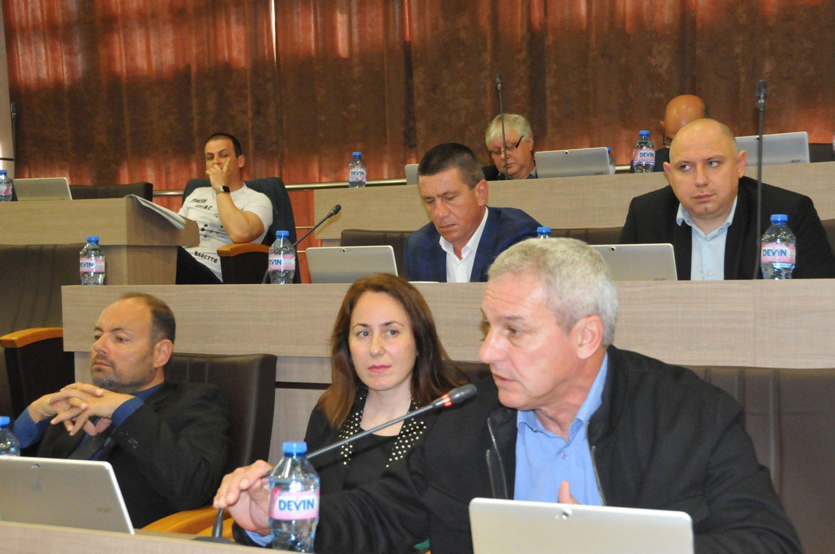 Предложението е на съветниците Дракалиев, Живкова и Людиев (на първия ред отляво надясно). Снимка Архив Черноморие-бг