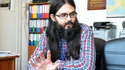 Иновацията е в разработването на учебното съдържание на тези предмети, поясни учителят Петър Петров. Снимка Лина Главинова