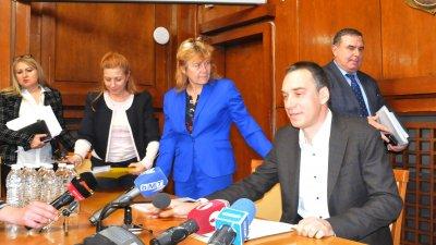 Кметът на Бургас Димитър Николов (на преден план вдясно) е възлага на заместниците си да предлогат оптимизация на щата. Снимка Архив Черноморие-бг