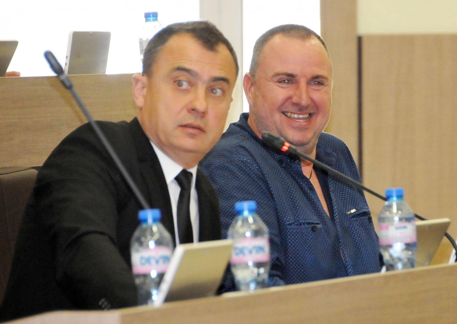 Един от вносителите на докладната е Стефан Колев (вляво). Снимка Лина Главинова