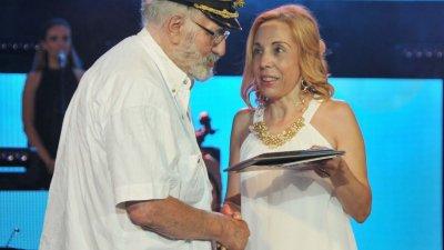 Главният редактор на вестника Силвия Шатърова връчи наградата за текст на Пейо Пантелеев през 2019 година. Снимка Архив Черноморие-бг
