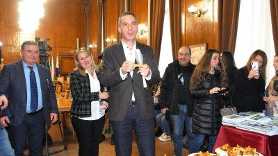 Благоденствие за Бургас, така разчете късмета си кметът Димитър Николов (в средата). Снимка Лина Главинова